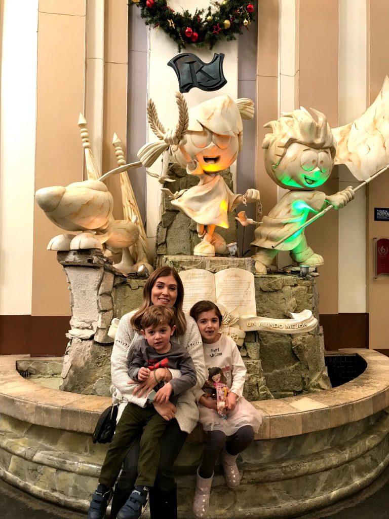 Paula Ocampo y sus dos hijos.